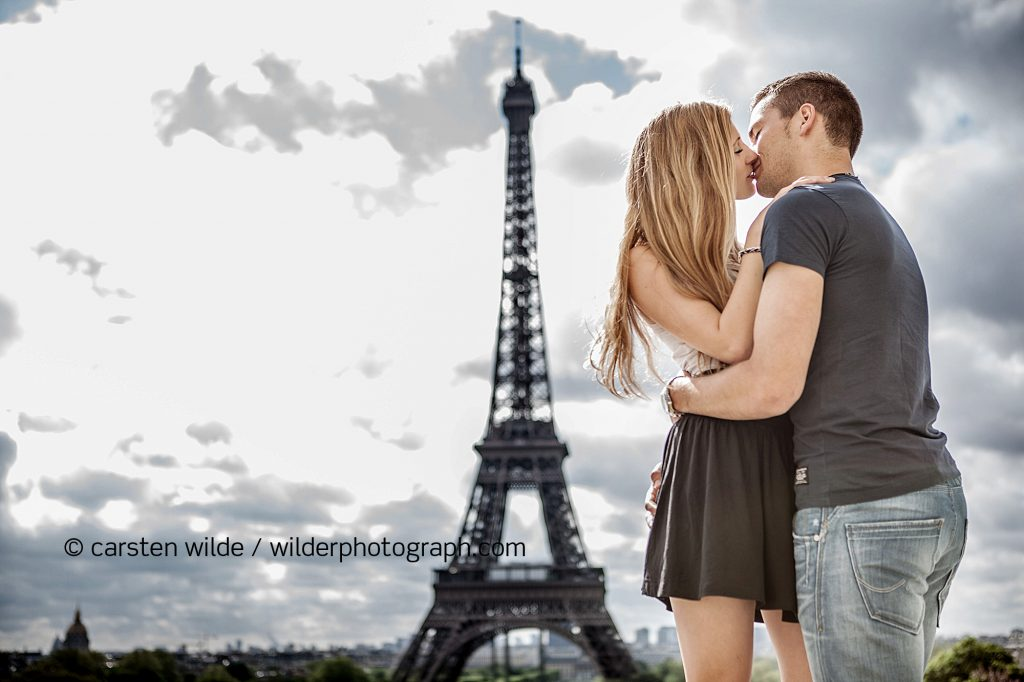 couples shooting eiffel tower