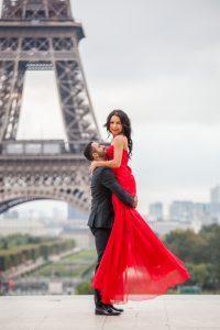 couple photoshooting paris